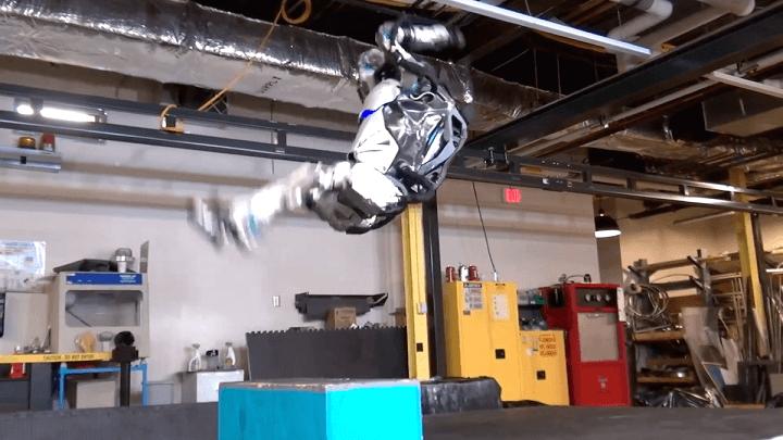 Robô da Boston Dynamics é capaz dar um mortal para trás